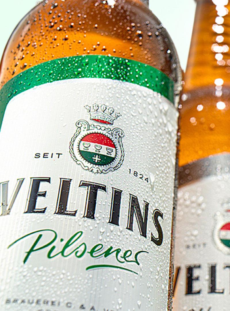 zwei Veltins Bierflaschen